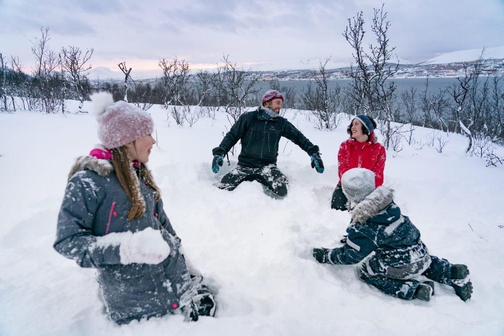 Skjelnan familie leker i snøen
